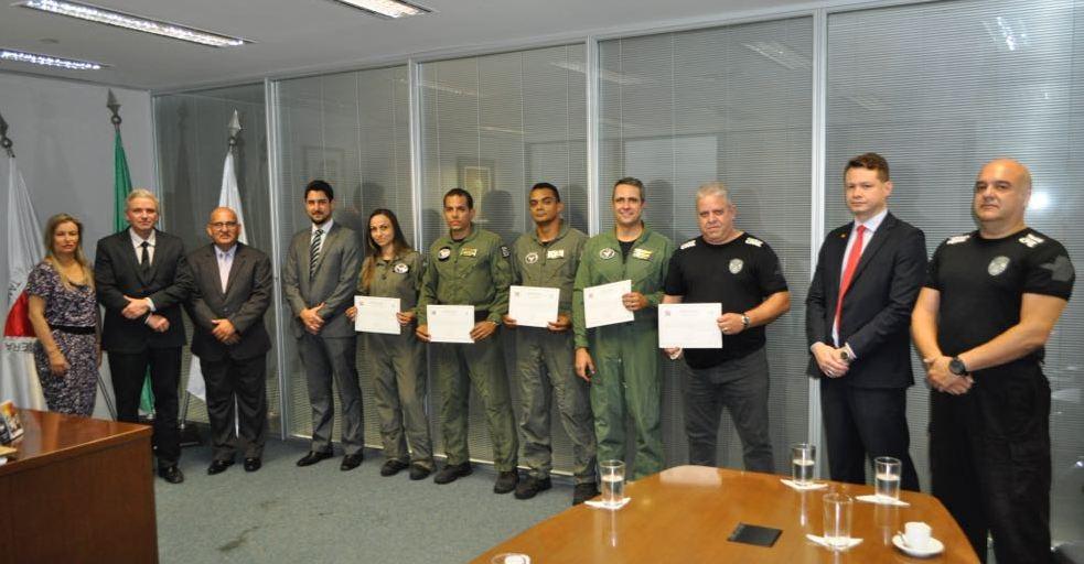 Entrega de certificados e brevets aos formados da 1ª turma do curso de Tripulantes Operacionais de Voo.