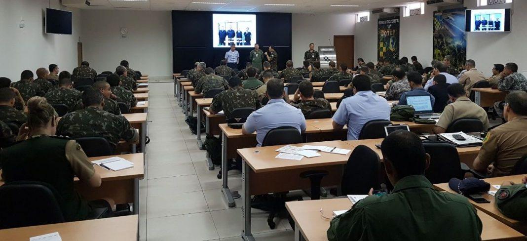 Cap. Esp. CTA Jorge e Cel PM Paulo recebendo os agradecimentos após a palestra.