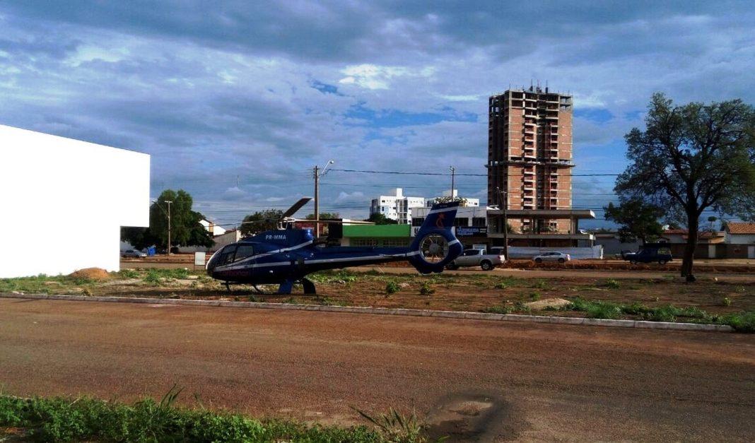 Helicóptero pousou em terreno baldio (Foto: Divulgação)