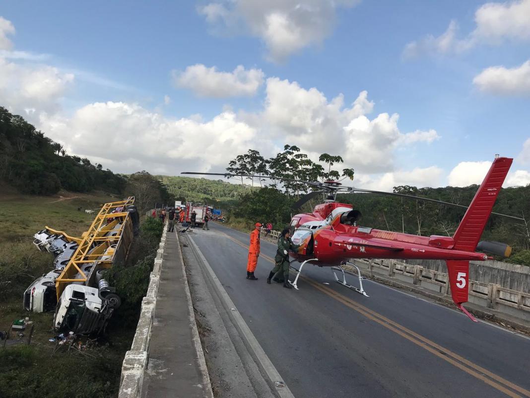 Carreta-cegonha carregada de veículos tomba no interior de Alagoas e deixa quatro feridos (Foto: Falcão 05)