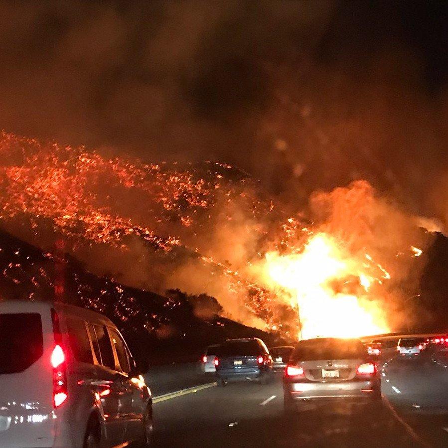 Pelo menos 98 mil habitantes foram evacuados no sul da Califórnia.