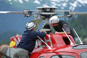 Mecânicos realizando inspeção no helicóptero. Foto: Airbus.