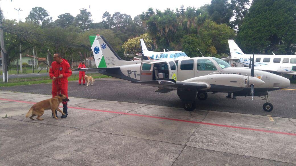 Equipe e cães do Corpo de Bombeiros são transportados por aeronave do BPMOA para ação em Ivaiporã