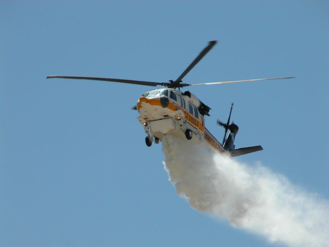 S-70A Firehawk realiza uma demonstração de queda de água.