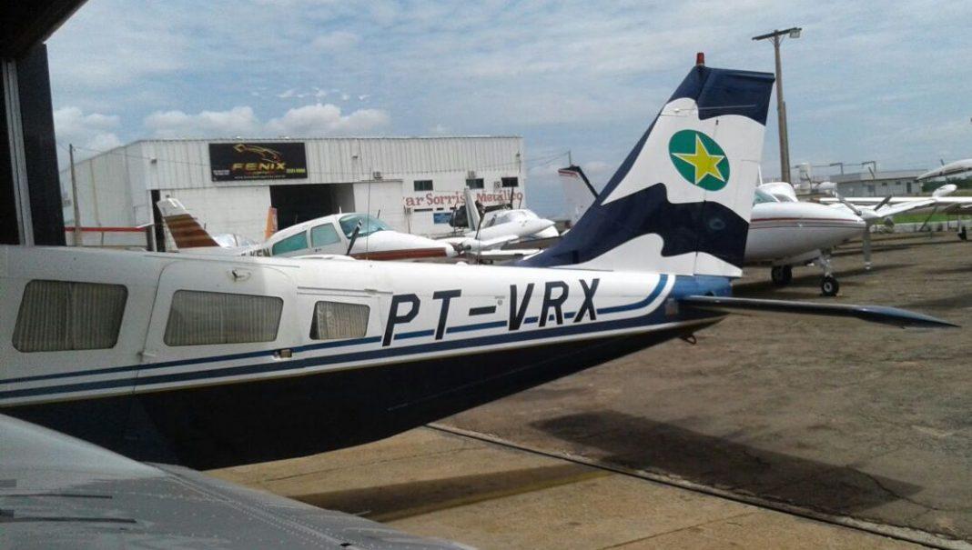 Avião bimotor de modelo EMB-810D, prefixo PT-VRX, Sêneca III, do ano 1995 com nova caracterização.