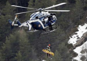 Helicóptero realizando resgate com o uso do guincho. Foto: AP / PTI.