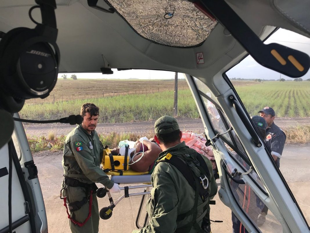 Mulher ferida em acidente com carreta-cegonha no interior de Alagoas é resgatada de helicóptero (Foto: Falcão 05)