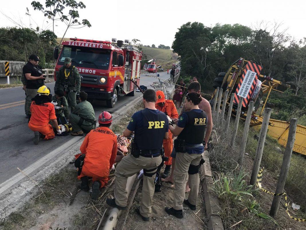 Carreta-cegonha tombou e saiu da pista, no interior de Alagoas (Foto: Falcão 05)