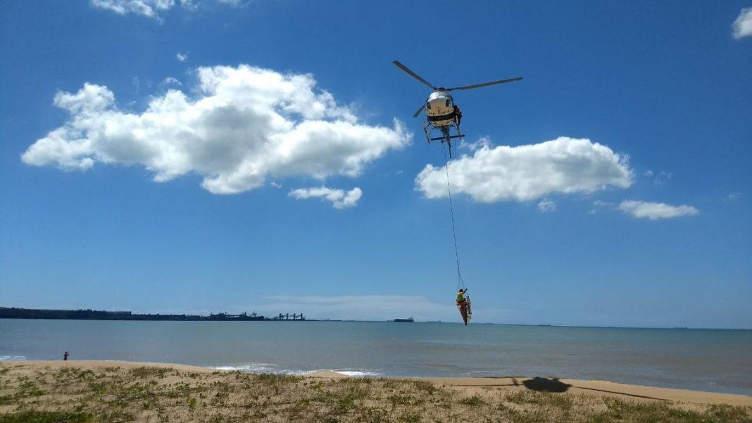 Simulação de resgate a afogado na Praia de Camburi, em Vitória (Foto: Luciney Araújo/ TV Gazeta)