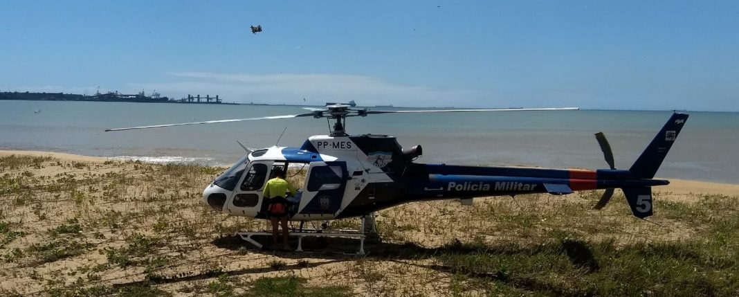 Helicópterpo usado pelo Notaer em simulação na Praia de Camburi (Foto: Luciney Araújo/ TV Gazeta)