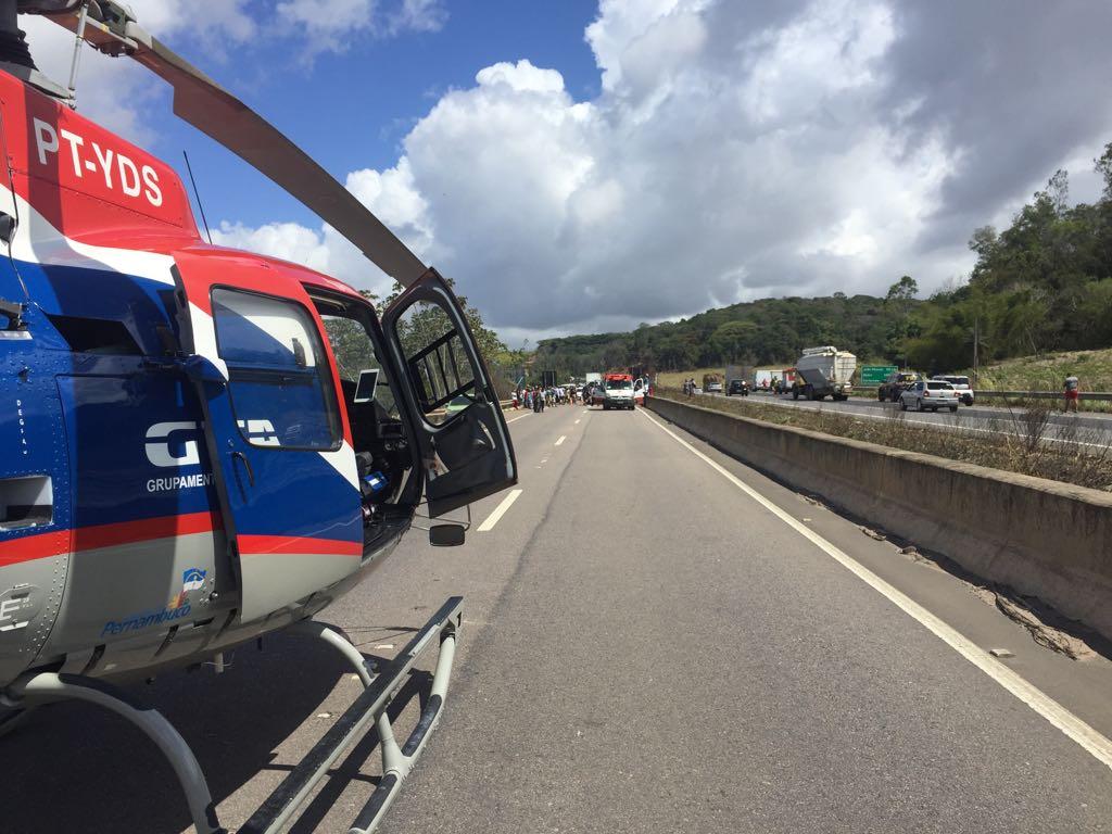 GTA de Pernambuco e SAMU resgatam vítima de capotamento na BR-101
