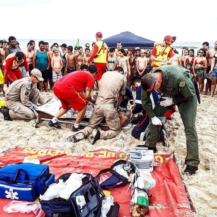 Homem passa mal durante banho de mar e é socorrido pelos guarda-vidas e pelo BPMOA em Matinhos (PR)