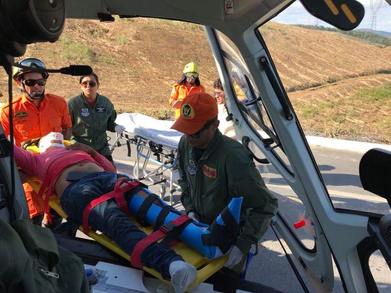 Vítima sendo resgatada após acidente de trânsito no sábado (30), na BR-104 e encaminhada ao HGE pela aeronave Falcão 05 (Crédito: Grupamento Aéreo)