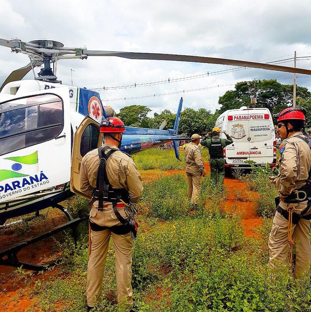 Bombeiros e socorristas do Samu montaram uma estrutura para resgatar idoso de dentro de fossa em Parapoema (Foto: Samu Regional Maringá/Corpo de Bombeiros/Divulgação)