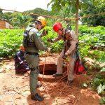 Bombeiros e socorristas do Samu montaram uma estrutura para resgatar idoso de dentro de fossa em Paranapoema (Foto: Samu Regional Maringá/Corpo de Bombeiros/Divulgação)