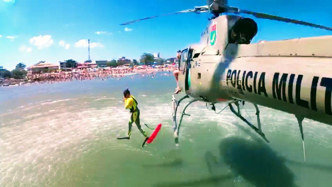 Equipe do helicóptero Águia 01 da PM de Santa Catarina filma resgate de banhista na Praia de Itapoá