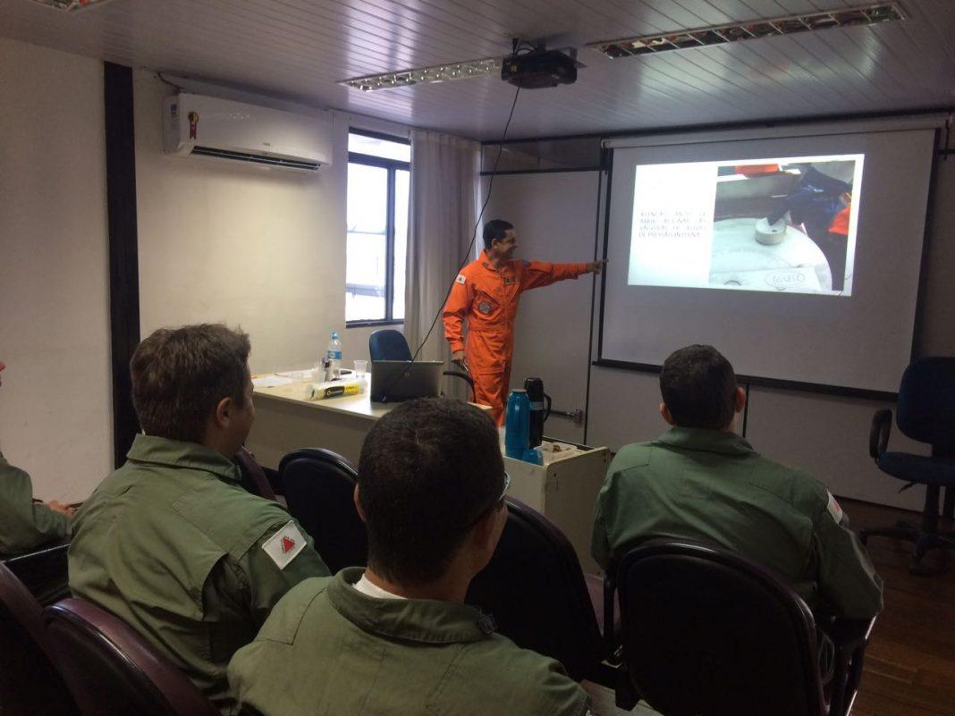 Policiais Militares recebem instrução dos Bombeiros sobre o uso de tanques de abastecimento de aeronaves