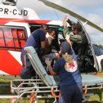 Paciente sendo retirado da aeronave (Foto: Assessoria Sesp)