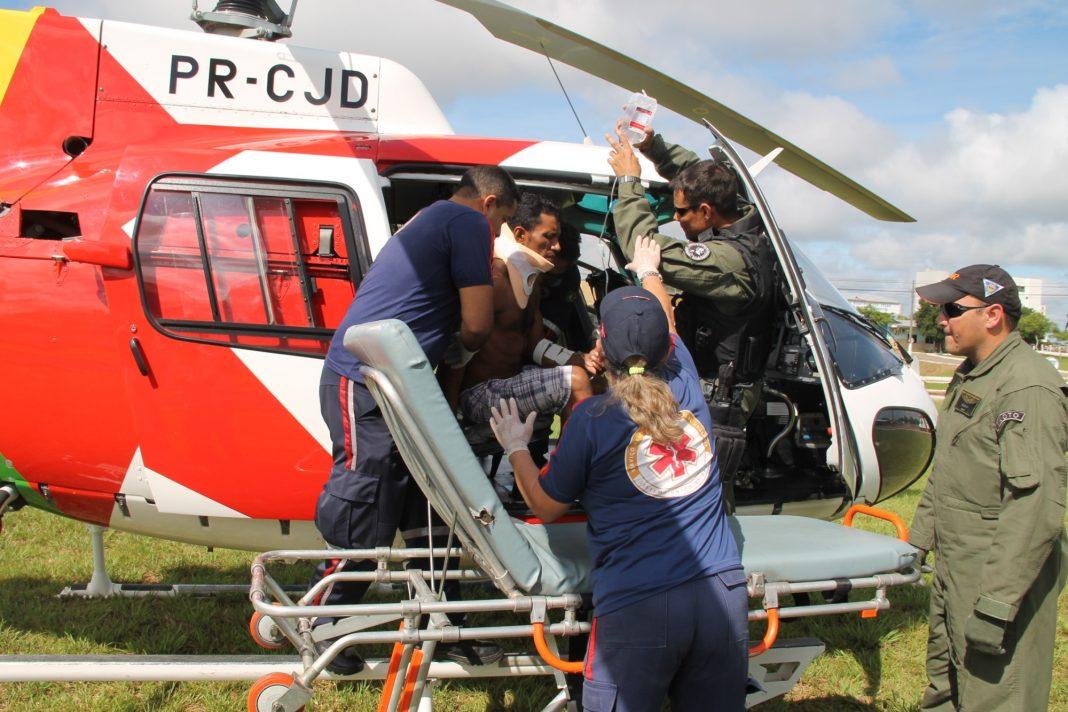 Paciente sendo retirado da aeronave. Resgate na cidade de Sena Madureira. (Foto: Assessoria Sesp)