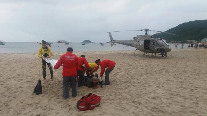 Equipe do helicóptero Águia 01 da BAPM resgata pescador em São Francisco do Sul