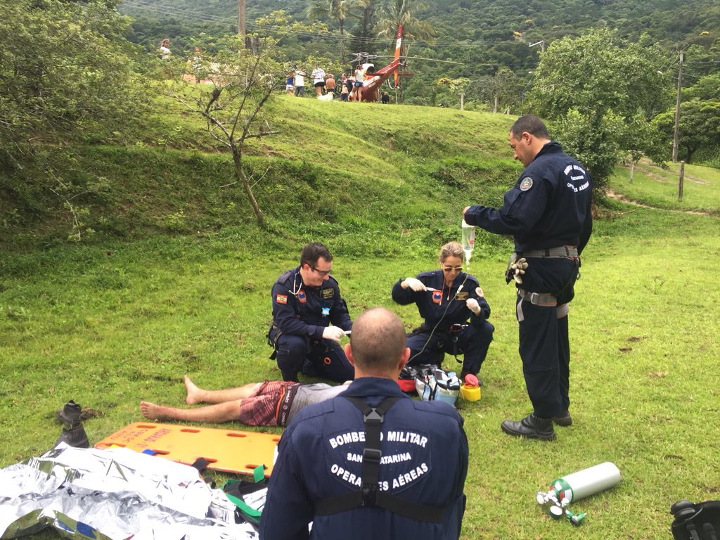 Equipe Aeromédica do helicóptero Arcanjo 01 resgata jovem picado por cobra em Florianópolis