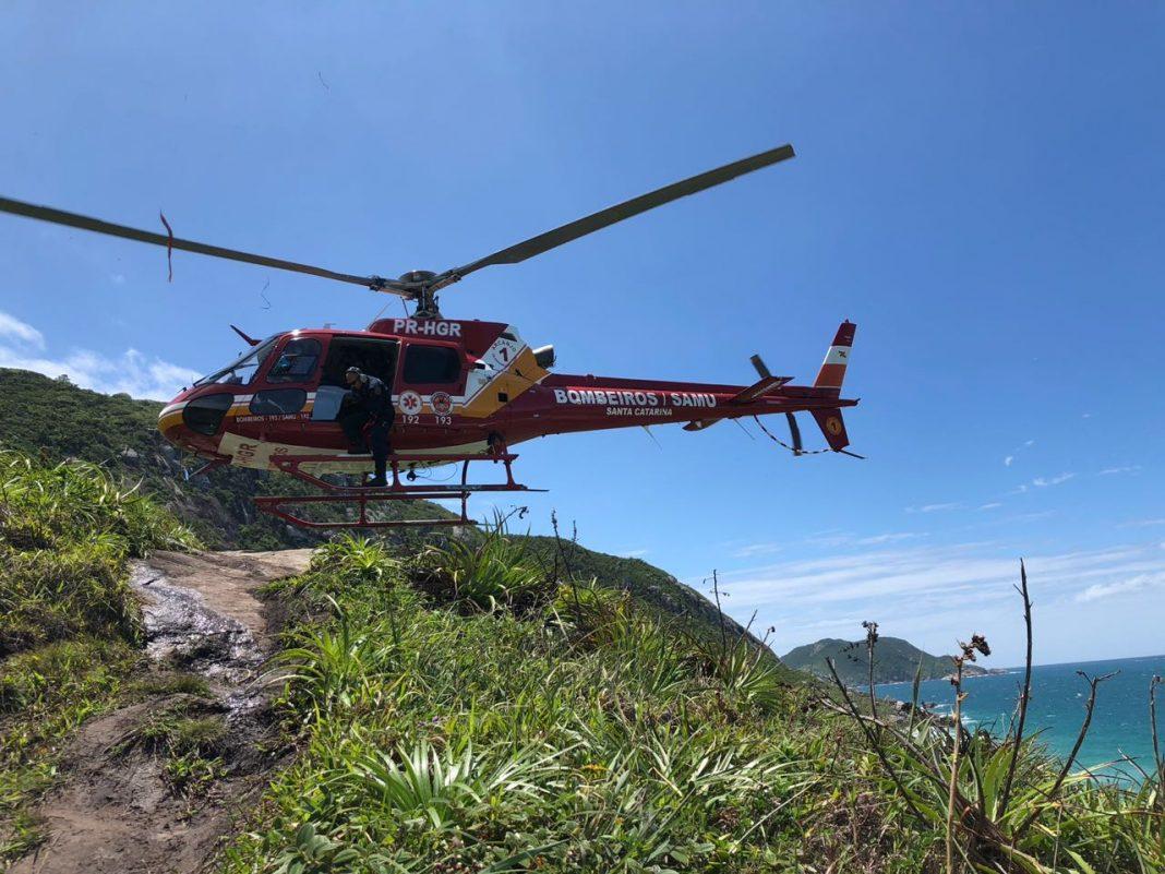 Equipe aeromédica realizando o desembarque a baixa altura. Foto: CBMSC.