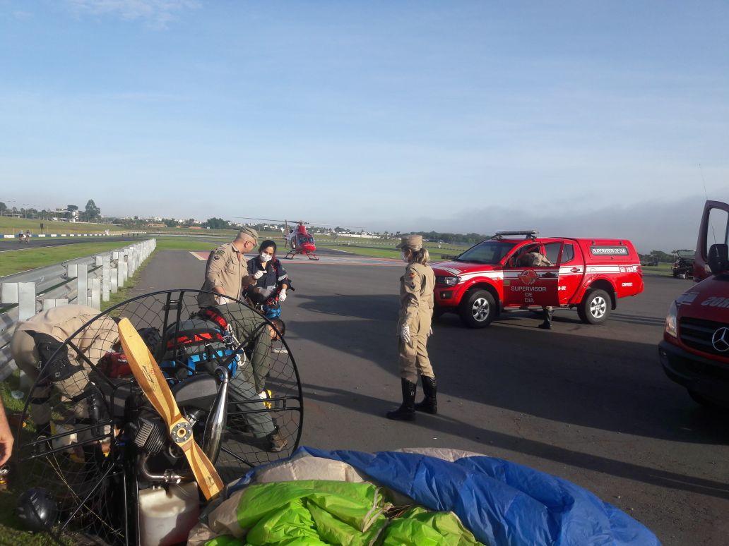Equipe do helicóptero Bombeiro 01 resgata piloto de paramotor acidentado em Goiânia