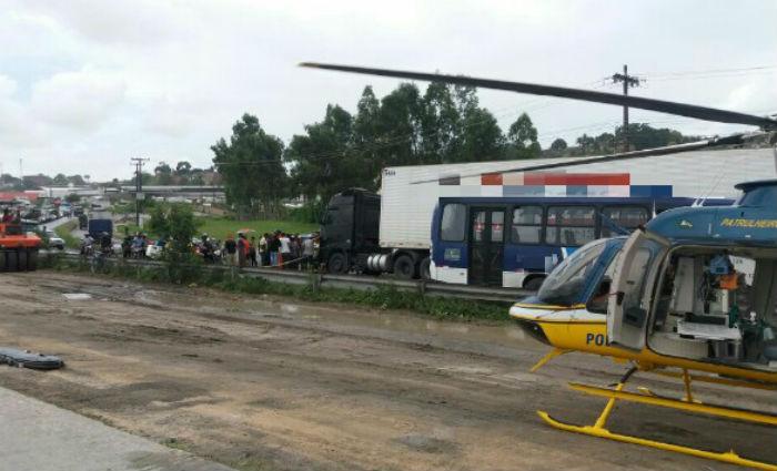 Ferido em acidente na BR-101 é socorrido pelo helicóptero da PRF. Foto: PRF/ Divulgação