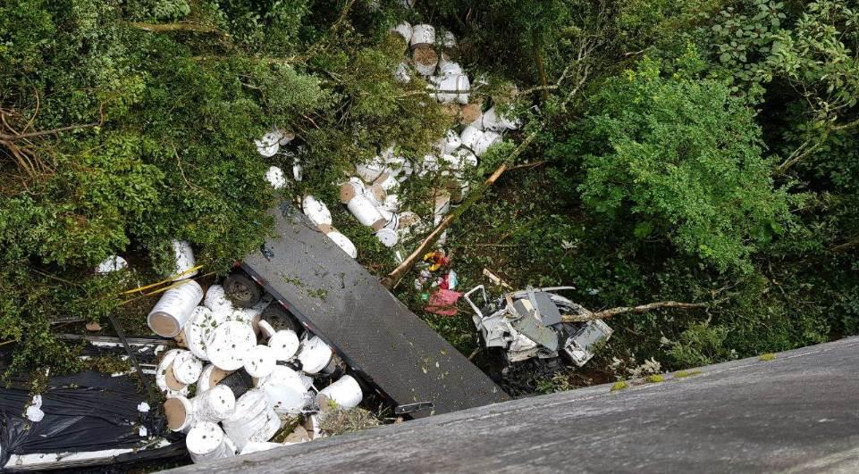 Caminhão cai em ribanceira e motorista é socorrido por helicóptero da Base Campos Gerais. Foto: BPMOA.