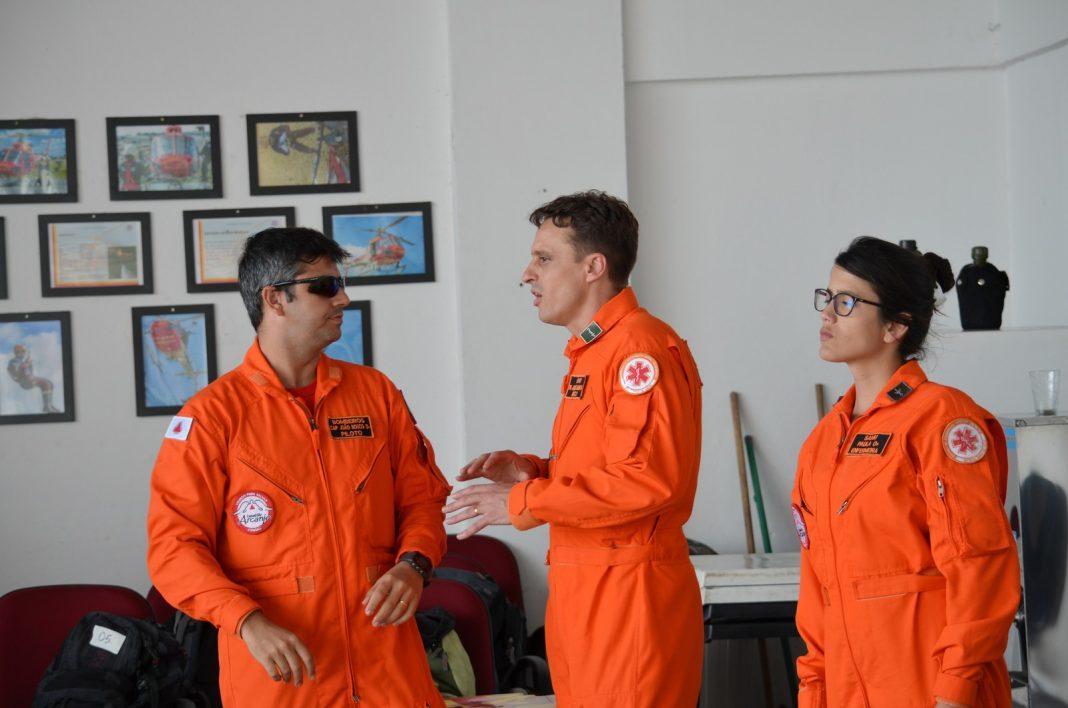 Capitão João Bosco Lara Júnior, do Corpo de Bombeiros, o médico André Luis Ribeiro Claudino e a enfermeira Paula Thaís Aparecida Coelho, do Samu, conversam na sala de triagem do BOA (Foto: Régis Melo)
