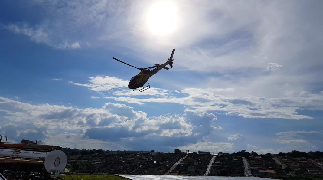 Helicóptero Arcanjo decola para missão em Varginha (Foto: Régis Melo)