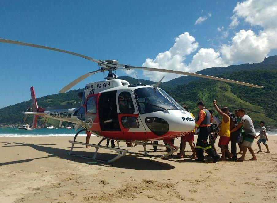 Equipe aeromédica do Águia 16 da PM socorre criança afogada em Ilha Bela, litoral de SP