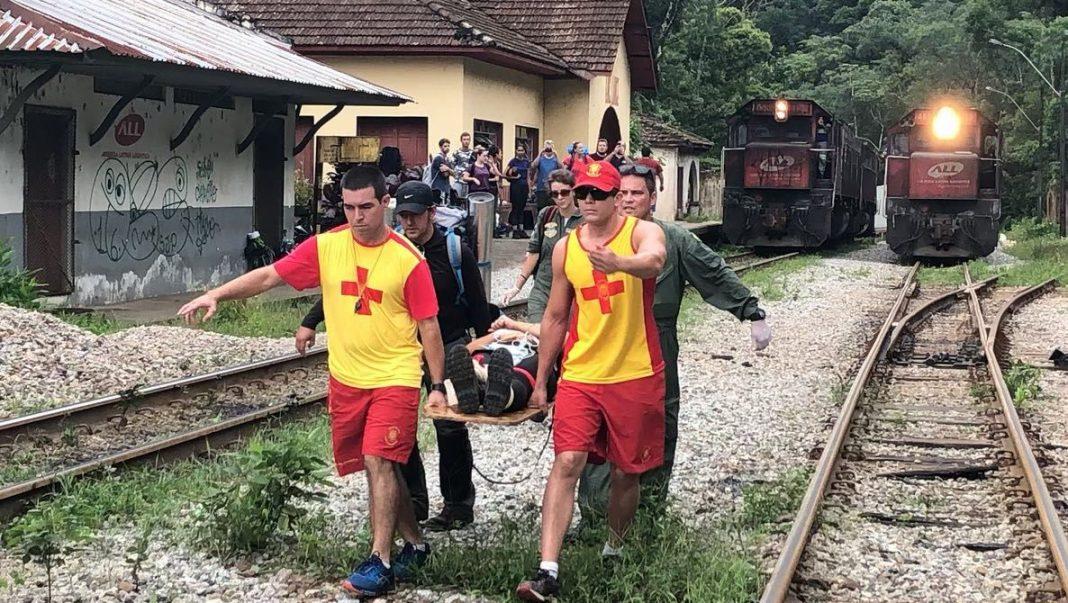 Equipe do Falcão 03 da PM do Paraná socorre vítima de queda em trilha no Pico Marumbi