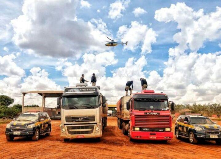 Com apoio do helicóptero Patrulha 01, PRF apreendeu duas carretas carregadas com cigarros contrabandeados do Paraguai.