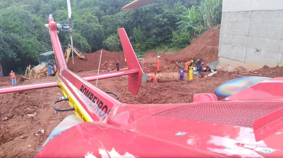 Durante a realização de uma obra, um funcionário escavava o terreno quando a terra cedeu e o soterrou em Contagem-MG.