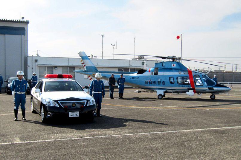 O helicóptero Fuji No. 3 e um carro patrulha da polícia da província de Shizuoka conduzem um controle integrado de terra e ar dos motoristas da via expressa. (Fornecido pela polícia da província de Shizuoka)