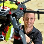 Gerente regional do Surf Lifesaving Queensland, Aaron Purchase, com um dos drones UAV Little Ripper que têm facilitado as patrulhas de praia. Foto: John McCutcheon