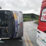 Equipes do SAMU Aeromédico socorrem vítimas de capotamento de ônibus em São Miguel dos Campos, AL