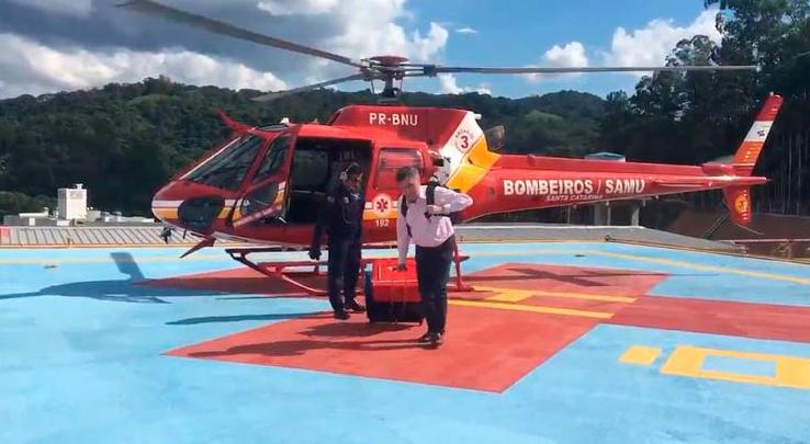 Médico saindo do Arcanjo 03 com órgão para transplante já no hospital.