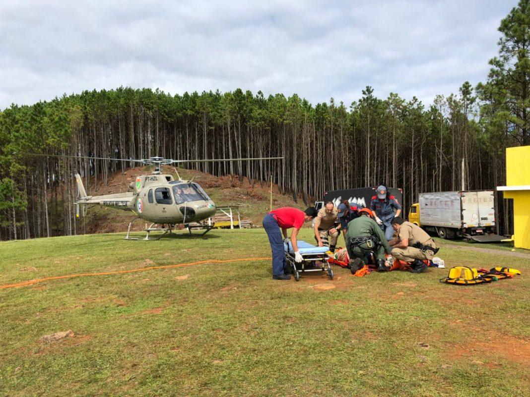 Homem foi resgatado depois de ter caído de um despenhadeiro em Lages, na Serra catarinense (Foto: Divulgação/PM)