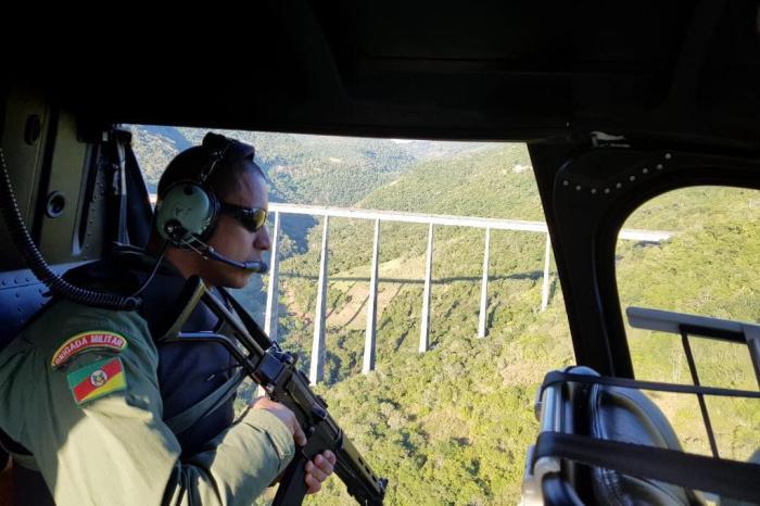 Policiais militares, em dois helicópteros do Batalhão de Aviação, fazem buscas aos criminosos. Brigada Militar / Divulgação