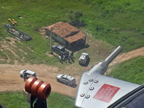 Com apoio do helicóptero da CIOPAer do Ceará, polícia recupera veículo e objetos roubados em residência.
