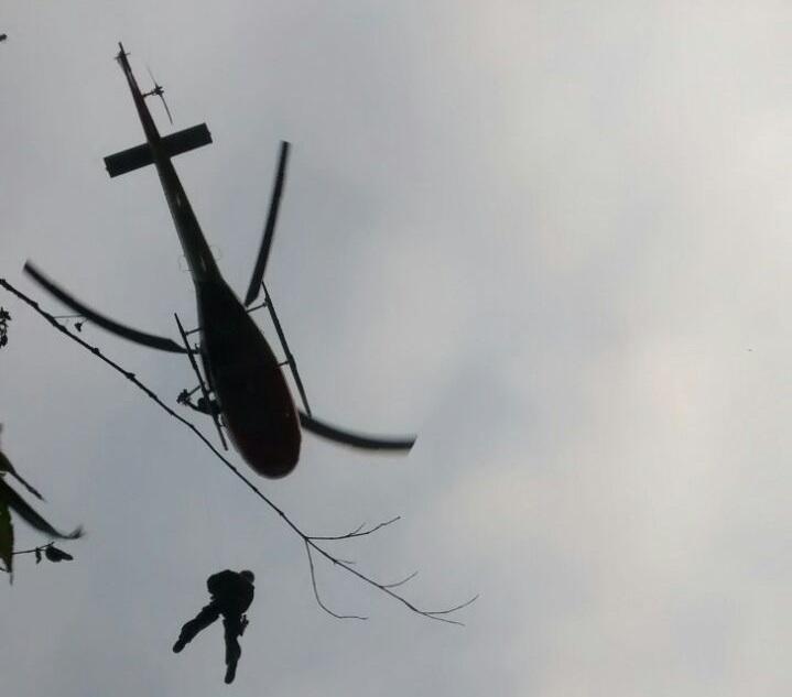 Helicóptero Águia da PM resgata vítimas com emprego de guincho em Paranapiacaba, SP.