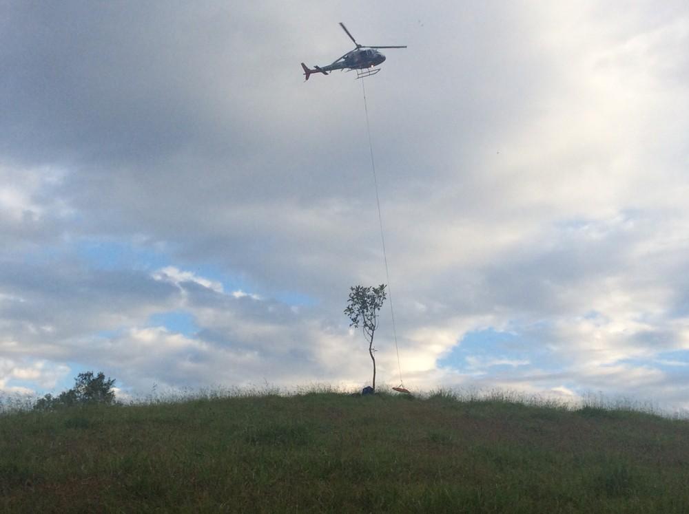 Helicóptero da PM ajudou no resgate do corpo (Foto: Bruno Pellegrine/TV Vanguarda)