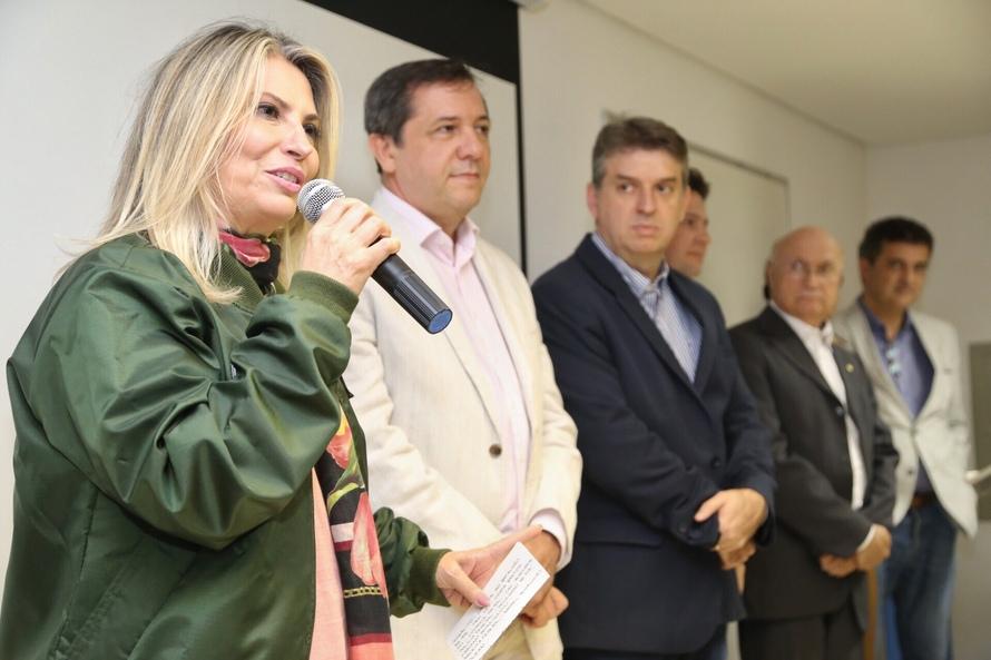 Governadora Cida Borghetti participa em Foz do Iguaçu (Oeste), da reunião do Gabinete de Gestão Integrada de Fronteira (GGIFRON-PR), no destacamento do Controle Aéreo de Foz do Iguaçu (localizado ao lado do aeroporto do município), com a participação de representantes das polícias militar e civil do Paraná, da Polícia Federal, do Exército e da Aeronáutica, da Agência Brasileira de Inteligência (Abin), da Receita Federal, Guarda Municipal e Secretaria da Defesa Social de Foz do Iguaçu. No mesmo local a governadora entrega de um novo helicóptero para o Grupamento de Operações Aéreas (GOA) da Polícia Civil do Paraná. Foz do Iguaçu, 10/05/2018 Foto: José Fernando Ogura/ANPr
