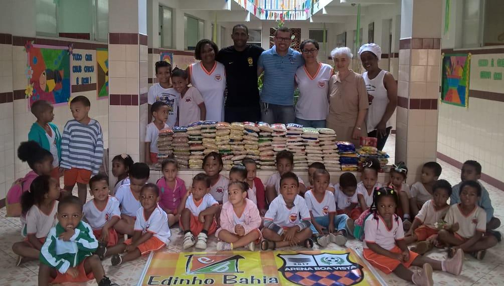 Policial do Graer doa alimentos para crianças de Boa Vista do Lobato. Foto: Divulgação SSP.
