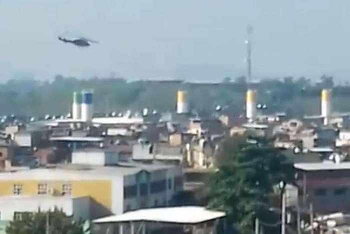 Helicóptero sobrevoa a Maré na operação desta quarta-feira - Reprodução vídeo / Maré Vive