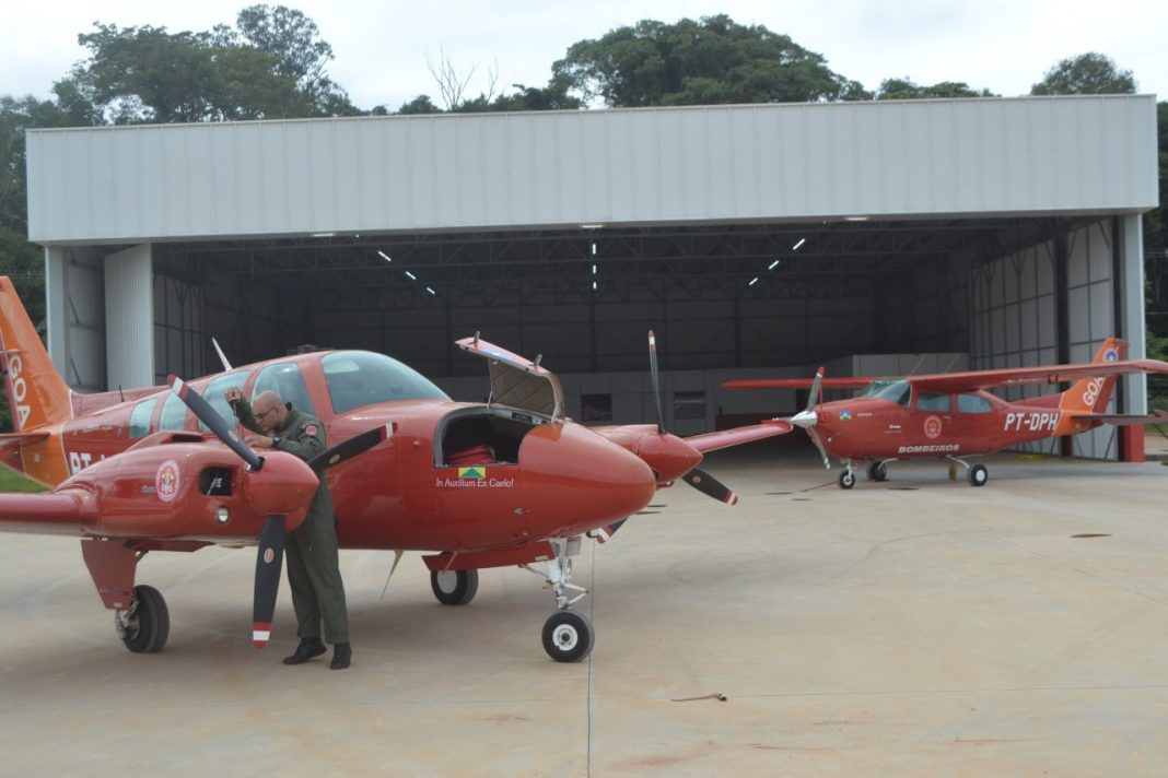 Cabo Yuri Seubert inspeciona aeronave; maior parte das missões do GOA beneficia a saúde em Rondônia.