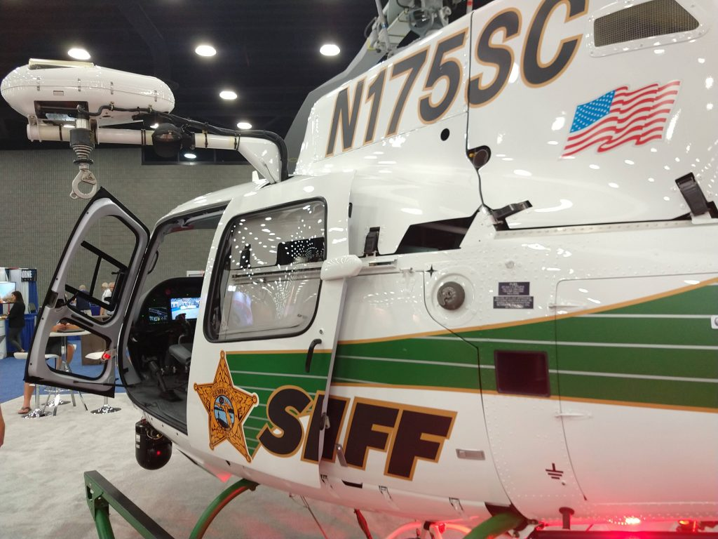 Aeronave H125 do condado de Seminole/FL, configurado com gancho para carga externa, guincho elétrico, sistema de imageador termal e farol de busca Trakkabeam.