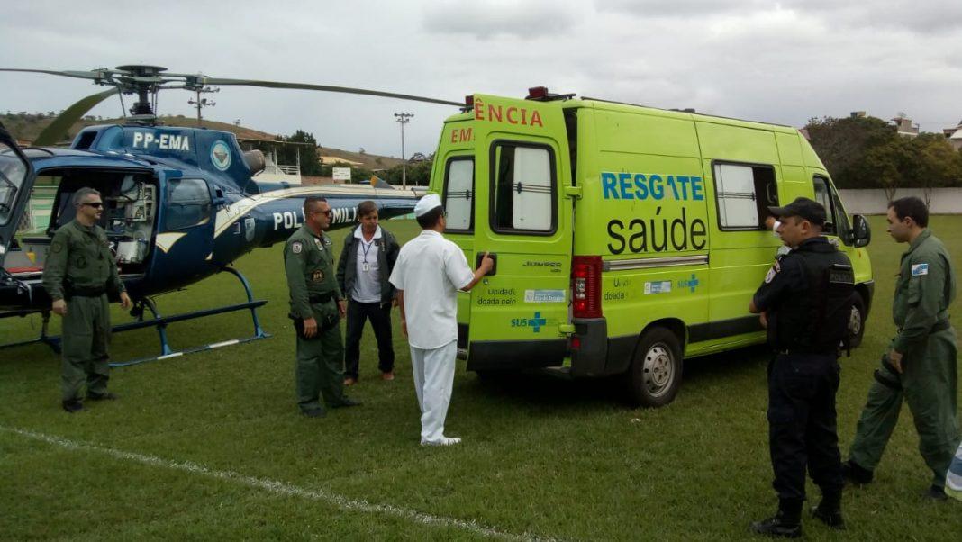 Equipe aeromédica do helicóptero Fênix 02 transporta policial ferido em acidente de trânsito no RJ